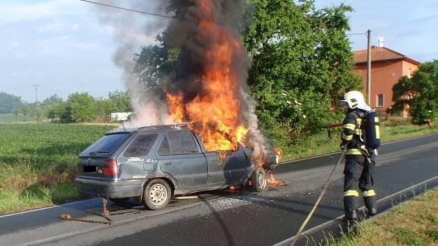 Mladík havaroval u Zlobic, auto mu pak shořelo