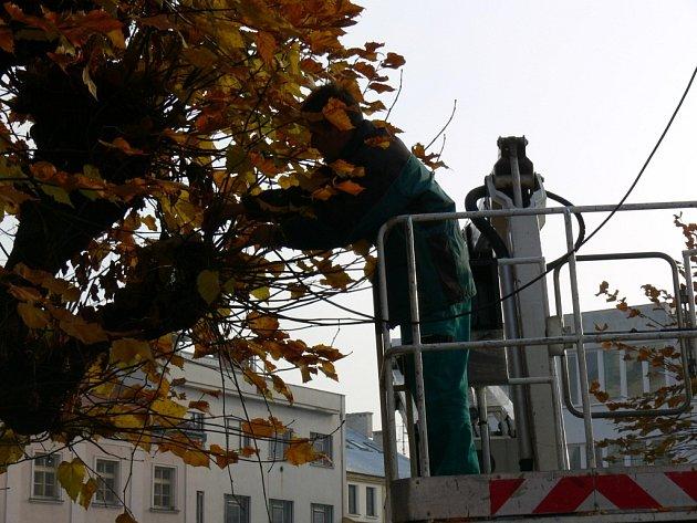 Pracovníci Kroměřížských technických služeb začali s výzdobou města. Vánoční světýlka letos budou ale jen ve středu města. A to jen na stromech kolem morového sloupu a také v rozích náměstí na ulicích Prusinovského a Vodní.
