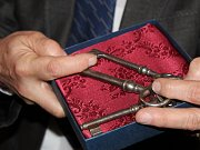 Klíče od zámku předal arcibiskupu Janu Graubnerovi ředitel Územní památkové správy Jan Slezák. Vše proběhlo jen symbolicky a arcibiskup mu klíče obratem vrátil zpět. Na akci promluvili také zlínský hejtman Jiří Čunek, starosta Kroměříže Jaroslav Němec neb