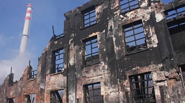 Hasiči také v neděli, již třetí den, bojují s požárem továrny v Chropyni.