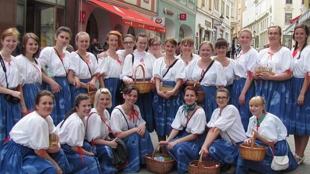 Studentky Střední pedagogické školy v Kroměříži odzvonili svému školní docházce.