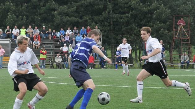 Jediné krajské derby ve fotbalové divizi D skončilo ve 27. kole dělbou bodů.