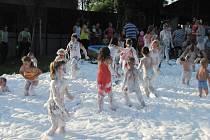 Skvělé osvěžení v letních vedrech čekalo v sobotu na návštěvníky v hulínském Letním kině. Děti si nejvíce užily dovádění v hasičské pěně.