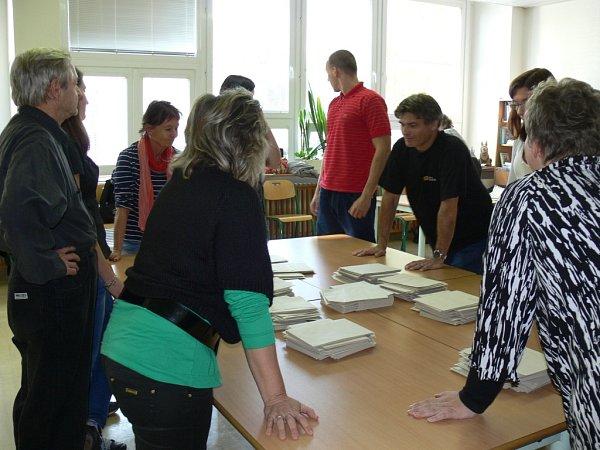 Po druhé hodině odpoledne začalo na Kroměřížsku sčítaní hlasů. Ve volební místnosti číslo 13na Zacharu odvolilo tentokrát 835voličů.