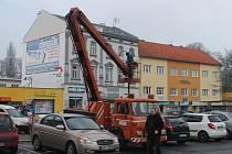 Pracovníci technických služeb města Kroměříž bojovali s výměnou osvětlení na ulici Vejvanovského v Kroměříži.