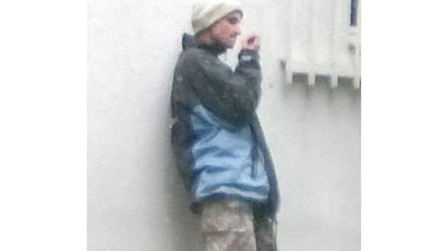 Pátrání po muži na snímku vyhlásila v úterý 10.6.2014 kroměřížská policie: podle mluvčí Simony Kyšnerové by dotyčný mohl napomoci k objasnění trestné činnosti. Informace mohou lidé podávat na bezplatnou linku 158.