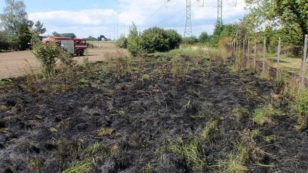 V Hulíně museli hasiči v úterý 30. srpna likvidovat požár trávy.