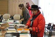 Říjnová burza knih potěšila v Kroměříži celou řadu čtenářů. Někteří z nich si domů odnášeli rovnou desítky knížek.