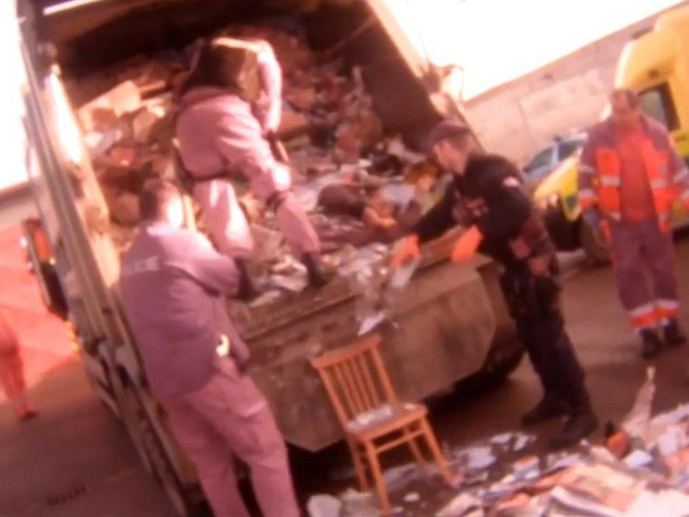 Video ze zásahu na pomoc muži, který uvízl minulý týden v kontejneru na papír a málem byl sešrotován v popelářském voze, zveřejnili v úterý kroměřížští policisté.