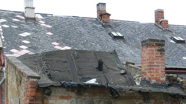 Bourání starých dělnických domů v holešovské Školní ulici vyvoalo řadu emocí. Na místo se přijela podívat i ministryně pro národnostní menšiny Džamila Stehlíková.