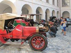 Na zámku v Holešově představili historická vozidla.