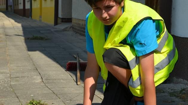 O MĚSTSKÉ BRIGÁDY JE VELKÝ ZÁJEM. Turnusy bývají plně obsazeny. Studenti pomáhají s údržbou veřejných prostranství, zámecké zahrady, prostranství u hasičárny, na sportovištích, ve školách, ale pomáhají také při organizování akcí.