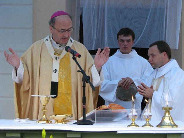 Na mši svaté pokřtil nový obecní prapor a znak, medaili, sochu Floriánka a hasičský prapor moravský metropolita Jan Graubner.