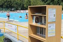 Knihovna Kroměřížska poskytuje půjčování knih už i na koupališti Bajda.