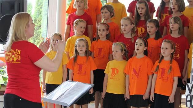 Ve středu odpoledne se konal Májový koncert dětského pěveckého sboru Plamínek z 3. Základní školy Holešov. Děti v aule školy zpívaly nejen svým rodičům.