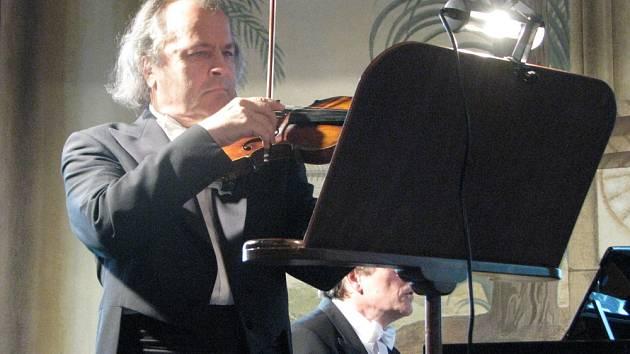 Na úvodním koncertě Bystřických zámeckých slavností vystoupil dne 8. června 2009 houslový virtuóz Václav Hudeček, na klavír ho doprovodil Petr Adamec.