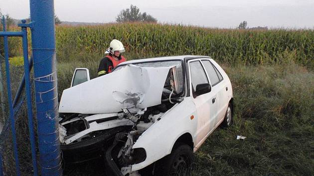 Těžká havárie auta u obce Zářičí, mladá řidička narazila do železného sloupku plotu.