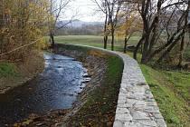 Lidi v Dobroticích by nová protipovodňová opatření měla ochránit i před padesátiletou vodou. Koryto řeky je vyčištěno, zvětšeno a zabránit přetečení vody by měla navýšená zídka.