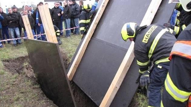 Cvičení zaměřené na vyproštění zavaleného člověka absolvovali v úterý kroměřížští hasiči. Pouhý den předtím podobnoou událost shodou okolností řešili v Hulíně, kde uvízl dělník v montážní jámě.