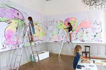 Výstava Dobrodružci proměnila stěny bystřického zámku v jedno velké graffiti.