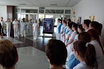 Také studenti v kroměřížském regionu začali skládat praktickou část maturitní zkoušky: ti ze Střední zdravotnické školy v Kroměříži si je poslední dubnový týden odbudou přímo v provozech tamní nemocnice.
