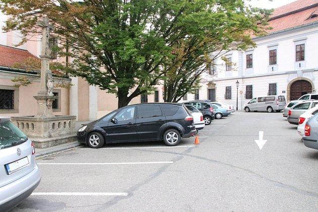 V pondělí 18. června mezi 14. a 15. hodinou někdo poškodil na Riegrově náměstí v Kroměříži zaparkovaný Ford S-Max. Kroměřížští dopravní policisté žádají případné svědky, aby zavolali na telefonní číslo 735 780 170 nebo bezplatnou linku 158.