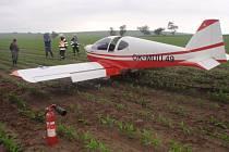 Malé letadlo nouzově přistálo v poli u Střížovic.