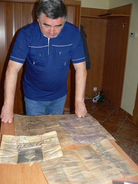 V pondělí 29. září 2008 se při opravě zvonice na návsi v Troubkách našly historické dokumenty a tisk. Pocházejí z roku 1930. Na snímku je starosta Troubek-Zdislavic František Čech.