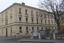 Kroměřížská radnice by ráda prodala zchátralou a po odchodu armády opuštěnou budovu na Hanáckém náměstí v Kroměříži.