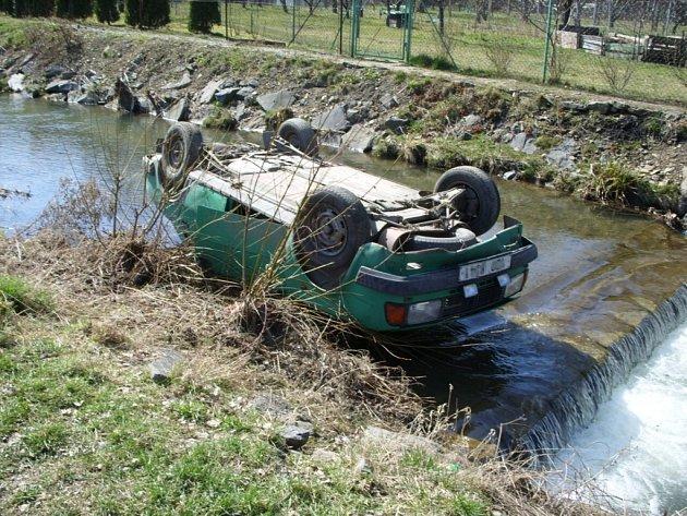 Vozidlo v potoce.
