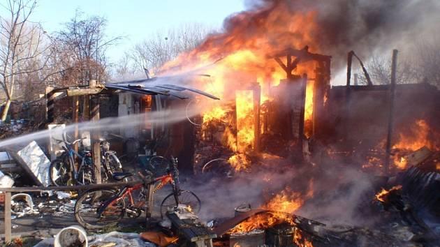 Chatky v zahrádkářské kolonii v Hulíně se hasičům nepodařilo zachránit. Plameny je zcela zničily.