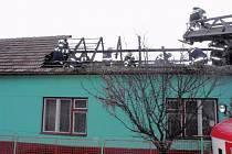 Část střechy rodinného domu v Jestřabicích zničil požár.