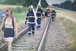 Po střetu náklaďáku s vlakem v Holešově museli hasiči evakuovat 41 lidí