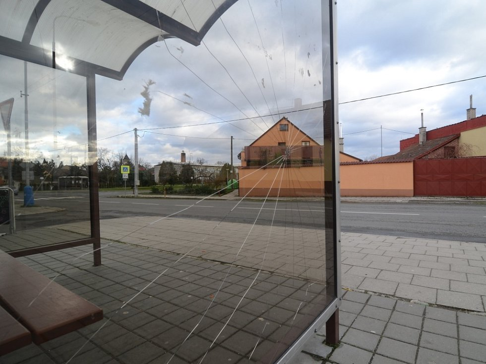 Neznámý vandal rozbil během uplynulých tří týdnů skleňenou tabuli autobusové zastávky v Kvasicích. Na svědomí má také vyvrácené koše a přestřihnutí kabelů veřejného osvětlení.