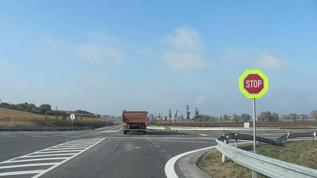 V polovině října bylo na křižovatce u Bezměrova změněno dopravní značení. Objevila se zde značka Stůj, dej přednost v jízdě.