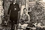 1932. Na snímku z roku 1932 jsou zachyceni manželé, kteří prožili celý život ve chvalčovské zemljance. Patřili mezi nejchudší vrstvu obyvatel, vyráběli metly a obhospodařovali malé políčko, na kterém pěstovali hlavně mrkev a brambory.