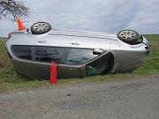 Nebezpečně vyhlížející nehodu řešili policisté v úterý 3. 4. nedaleko Litenčic: řidička tam nezvládla řízení a skončila s autem na střeše. V havarovaném autě cestovalo i roční dítě, holčička ale naštěstí vyvázla bez zranění.