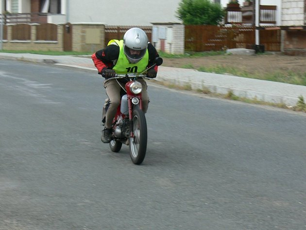 Závod mopedů.