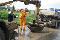 Úklid bahna ve Zdounkách po prudkých průtržích mračen nebere konce