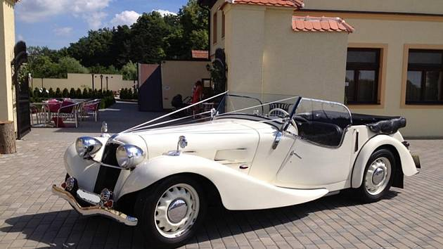 Prozatím neznámý pachatel ukradl v neděli mezi třetí a čtvrtou hodinou nad ránem historický vůz značky Aero 30, který byl zaparkovaný u Lesního penzionu Bunč na Kroměřížsku.