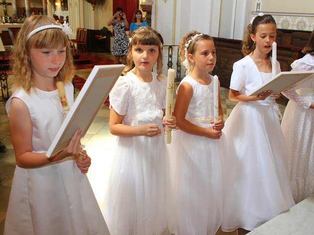 V neděli 14. června 2015 přistoupila při mši svaté v kostele ve Zdounkách desítka dětí k prvnímu svatému přijímání.