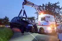 K čelní srážce dvou aut museli v sobotu večer vyrážet policisté, hasiči a zdravotníci na silnici mezi Kostelany a tamní místní částí Lhotka: po havárii osobního auta a dodávky skončilo v nemocnici hned pět lidí.