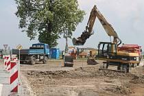 V Kotojedech opravují silnici a budují nový kruhový objezd a chodníky. Tyto stavební úpravy začaly 15. dubna a dokončovat by se měly 31. září.