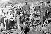 PAČLAVICE, BRIGÁDNÍCI. Jakmile jde o dobrou věc, se kterou je v obci nutné pomoci, přidávají ruku k dílu i děti. Snímek zachycuje brigádníky při sběru železného šrotu v roce 1964.