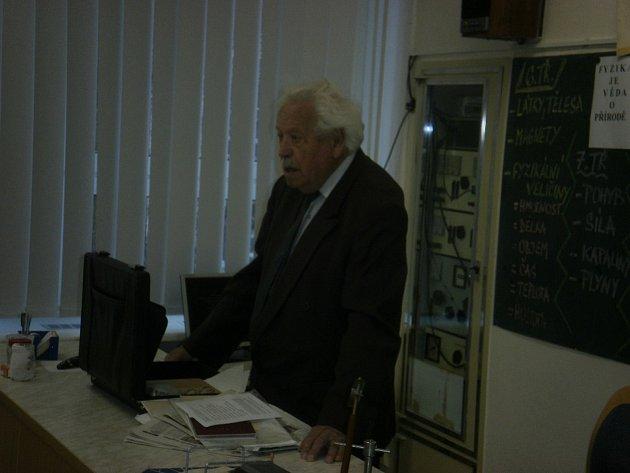 V rámci projektu Příběhy bezpráví – měsíc filmu na školách si žáci kroměřížské ZŠ Oskol vyslechli životní příběh Jaroslava Řiháka, který byl sám politickým vězněm.
