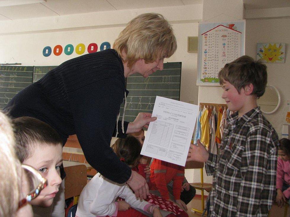V kroměřížské základní škole Slovan rozdávali ve čtvrtek 28. ledna 2010 vysvědčení za první pololetí.