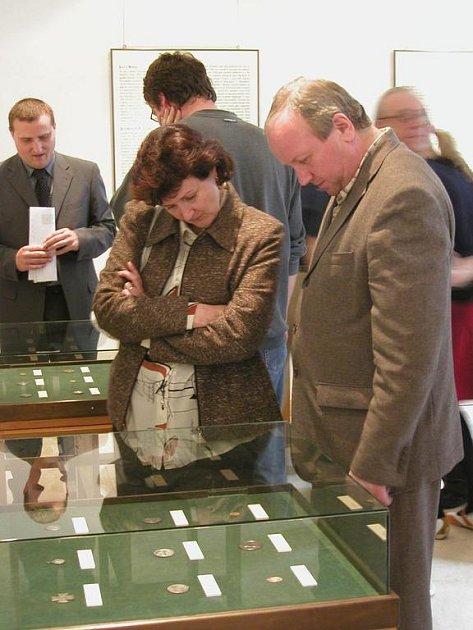 SVĚTCI A JEJICH ATRIBUTY. Nová výstava bude nainstalována v Biskupské mincovně až do 30. září.