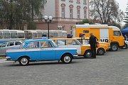 Na Hanáckém náměstí v Kroměříži se v sobotu v rámci Dne uniformovaných sborů mohli prohlédnout vojenskou techniky i dobovou modu i třeba polní kuchyň a polní nemocnici.