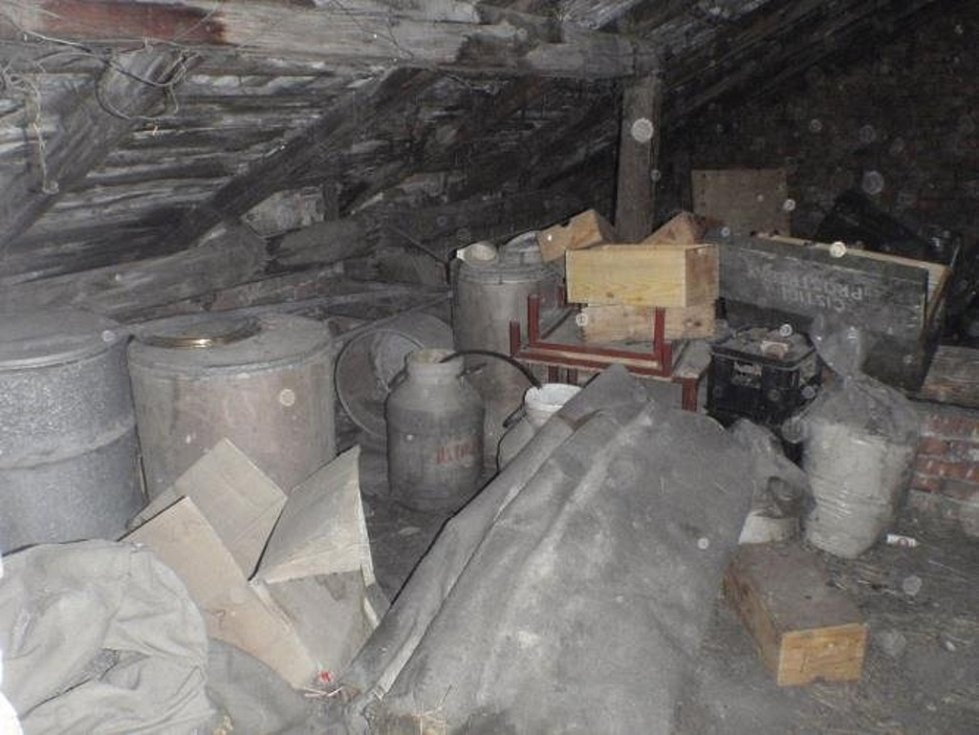 Zásah hasičů, policistů a pyrotechnika si v úterý 10.11. vyžádalo vyklízení staršího rodinného domku v obci Záříčí nedaleko Chropyně.