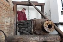 Sto padesát let starý kovářský měch z holešovského Malého muzea kovářství se v minulých měsících dočkal zrestaurování.